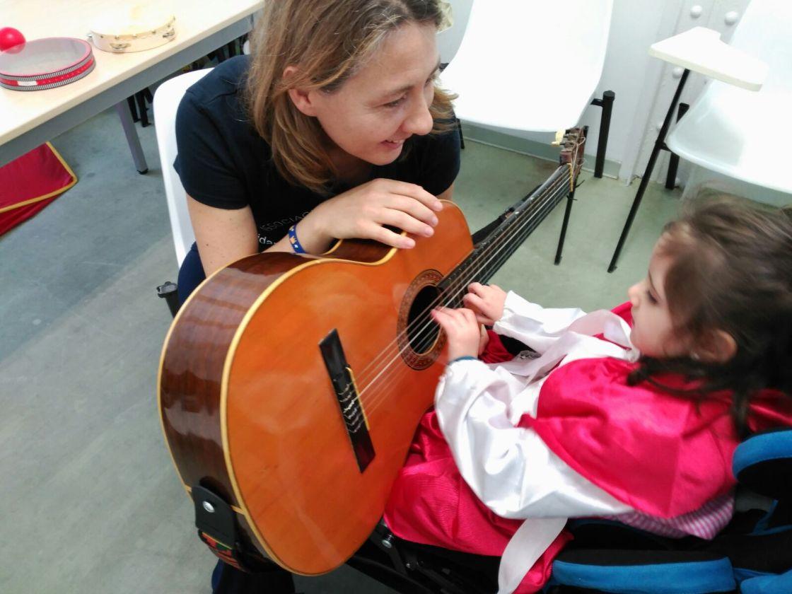 «Resonando con el Rett»: musicoterapia para las niñas y mujeres de la Associació Catalana de la Síndrome de Rett